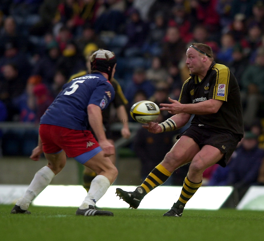 Photo. Richard Lane. .London Wasps v Stade Francais. Parker Pen Challenge Cup. 12/01/2003.Will Green gets the pass away.