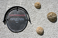 Oesterreich, Kaernten, Kuenstlerstadt Gmuend im Liesertal: Schleuderkugeln aus der Zeit der Belagerung Gmuends durch die Tuerken 1470, angebracht an einem Haus in der Altstadt | Austria, Carinthia, artist town Gmuend at Lieser Valley: old town, sling shots form times of the Turkish siege 1470