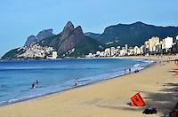 RIO DE JANEIRO, RJ, 10.03.2016 - CLIMA-RJ - Banhistas aproveitam manhã de sol na Praia do Arpoador em Ipanema região sul do Rio de Janeiro, nesta quinta-feira, 10. (Foto: Humberto Ohana/Brazil Photo Press)