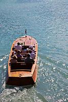 Europe/France/Rhône-Alpes/74/Haute-Savoie/Annecy: Départ d'un Canot en acajou, Riva, pour une excursion touristique sur les bords du Lac d'Annecy