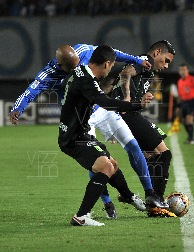 BOGOTA - COLOMBIA -31 - 03 - 2016: Jonathan Estrada (Cent.) jugador de Millonarios disputa el balón con Francisco Najera (Izq.) y Gilberto Garcia (Der.) jugadores de Atletico Nacional, durante partido aplazado de la fecha 9 entre Millonarios y Atletico Nacional, de la Liga Aguila I-2016, jugado en el estadio Nemesio Camacho El Campin de la ciudad de Bogota.   / Jonathan Estrada (C) player of Millonarios vies for the ball with Francisco Najera (L) and Gilberto Garcia (R) players of Atletico Nacional, during a postponed match between Millonarios and Atletico Nacional,  for the date 9 of the Liga Aguila I-2016 at the Nemesio Camacho El Campin Stadium in Bogota city, Photo: VizzorImage / Luis Ramirez / Staff.