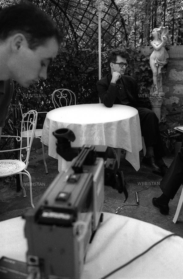 29/03/1989. France. Paris. Le réalisateur Allemand Wim Wenders, auteur notamment de Paris-Texas et des Ailes du désir, à Montmartre. France. Paris. German film maker, Wim Wenders, author of Pars-Texas and Wings of Desire, at Montmartre.