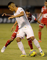 ENVIGADO -COLOMBIA-21-09-2014. Carlos Londoño (Izq) de Envigado FC disputa el balón con Wilder Medina (Der) de Independiente Santa Fe durante partido por la fecha 10 de la Liga Postobón II 2014 realizado en el Polideportivo Sur de la ciudad de Envigado./ Carlos Londoño (L) of Envigado FC fights for the ball with Wilder Medina (R) of Independiente Santa Fe during match for the 10th date of the Postobon League II 2014 at Polideportivo Sur in Envigado city.  Photo: VizzorImage/Luis Ríos/STR