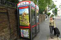 LONDON-UK- 24-05-2008. Cabina telefónica en Italian Gardens en el Royal Parks de Londres. Phone booth in Italian Gardens at Royal Parks of London. Photo: VizzorImage