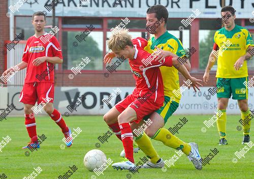2012-08-05 / voetbal / seizoen 2012-2013 / VC Herentals - Witgoor Dessel / Robin Baert (l) (Herentals) schermt de bal af voor Niels Byloos (r) (Witgoor)