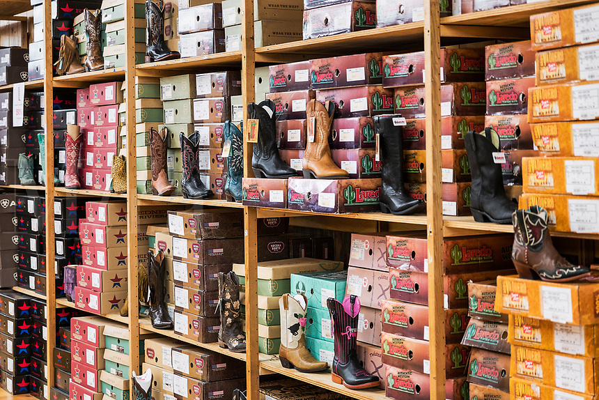 Store cowboy boot display, Nashville, Tennessee, USA.