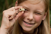 Holunderkette, Holunder-Kette, Mädchen, Kind bastelt eine Kette aus Holunder, Zweigstückchen ist nach Entfernen des Markes hohl, Holunderzweig, Indianerkette, Bastelei, Naturbastelei, Schmuck aus Naturmaterialien, Naturschmuck, Holundermark