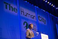 """SAO PAULO, SP, 04 DE JUNHO DE 2013. PREFEITO HADDAD NO EVENTO THE HUMAN CITY. o prefeito Fernando Haddad participa do evento """"The human city"""" no auditorio do Ibirapuera. O evento discute formas de tornar a vida nas grandes cidades do mundo mais humana. FOTO ADRIANA SPACA/BRAZIL PHOTO PRESS."""