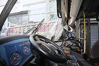 SAO PAULO, SP, 30/05/2012, ACIDENTE BARRA FUNDA.  Um micro onibus bateu na traseira de um caminhao na Rua Joaquim Manoel Macedo no bairro da Barra Funda, cerca de 6 vitimas foram socorridas.  Luiz Guarnieri/ Brazil Photo Press.