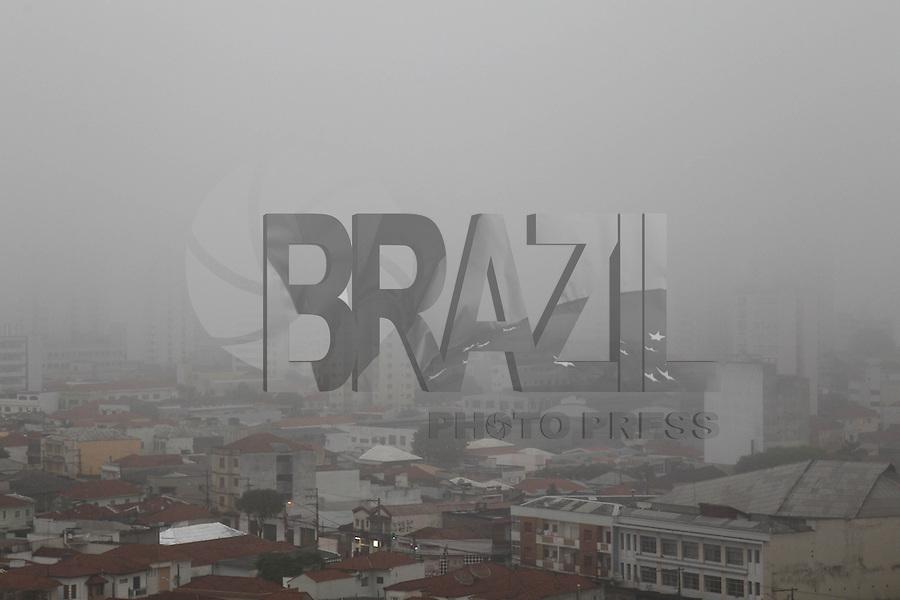 SAO PAULO, SP, 30/09/2013, NEBLINA. A segunda-feira (30) começou com muita neblina em São Paulo no bairro da Mooca, zona leste da capital. LUIZ GUARNIERI/ BRAZIL PHOTO PRESS.