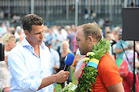 KAATSEN: FRANEKER: It Sjûkelân, 30-07-2014, PC (Permanente Commissie), Daniël Iseger (Koning) wordt geïnterviewd door Arjen de Boer van Omrop Fryslân, ©foto Martin de Jong