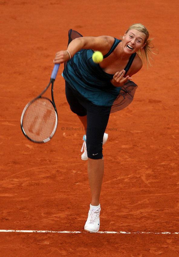 Photo: Maarten Straetemans..French Open, Roland Garros 2007. 30/05/2007..Maria Sharapova serves.