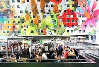 Nederland Rotterdam  2016. De Markthal in Rotterdam is een woon- en winkelgebouw met inpandige markthal, gesitueerd bij Blaak. Naast een overdekte markt herbergt het complex 228 appartementen, winkelruimte, horeca en een parkeergarage. Het gebouw is een ontwerp van MVRDV architecten. Enkele cafe's en restaurants zijn gevestigd op het dak van de winkels. Foto Berlinda van Dam / Hollandse Hoogte