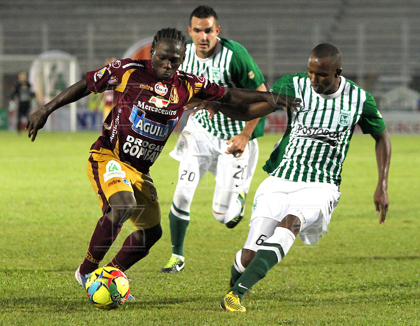 IBAGUE -COLOMBIA, 23-06-2013. Yimmi Chará (Izq) de Deportes Tolima disputa el balón con Juan Valencia  del Atlético Nacional durante partido de los cuadrangulares finales, fecha 3, de la Liga Postobón 2013-1 jugado en el estadio Manuel Murillo Toro de la ciudad de Ibagué./ Deportes Tolima player Yimmi Chara struglees the ball with Juan Valencia  Atletico Nacional during match of the final quadrangular 3th date of Postobon  League 2013-1 at Manuel Murillo Toro stadium in Ibague city. Photo: VizzorImage/ Felipe Caicedo/ STAFF