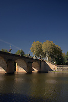 Pont Louis Philippe sur la riviere Le Lot, a la sortie sud de Cahors.<br /> Bridge Louis Philippe on the river the Batch, at the southern exit of Cahors.