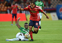 MEDELLÍN -COLOMBIA-11-04-2015. Juan Perez (Der) jugador de Independiente Medellín disputa el balón con Helibelton Palacios (Izq) jugador de Deportivo Cali durante partido por la fecha 15 de la Liga Águila I 2015 jugado en el estadio Atanasio Girardot de la ciudad de Medellín./ Juan Perez (R) player of Independiente Medellin fights for the ball with Helibelton Palacios (L) player of Deportivo Caliduring the match for the  15th date of the Aguila League I 2015 at Atanasio Girardot stadium in Medellin city. Photo: VizzorImage/León Monsalve/STR