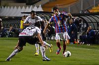 ATENÇÃO EDITOR: FOTO EMBARGADA PARA VEÍCULOS INTERNACIONAIS - SÃO PAULO, SP, 20 OUTUBRO DE 2012 - CAMPEONATO BRASILEIRO - CORINTHIANS x BAHIA: Jussandro (d) durante partida Corinthians x Bahia,  válida pela 32ª rodada do Campeonato Brasileiro de 2012, em partida disputada no Estádio do Pacaembu em São Paulo. FOTO: LEVI BIANCO - BRAZIL PHOTO PRESS