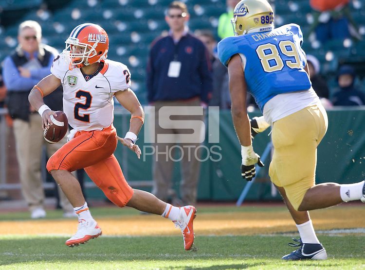Nathan Scheelhaase of Illinois runs the ball during Kraft Bowl at AT&T Park in San Francisco, California on December 31st, 2011.   Illinois defeated UCLA, 20-14.