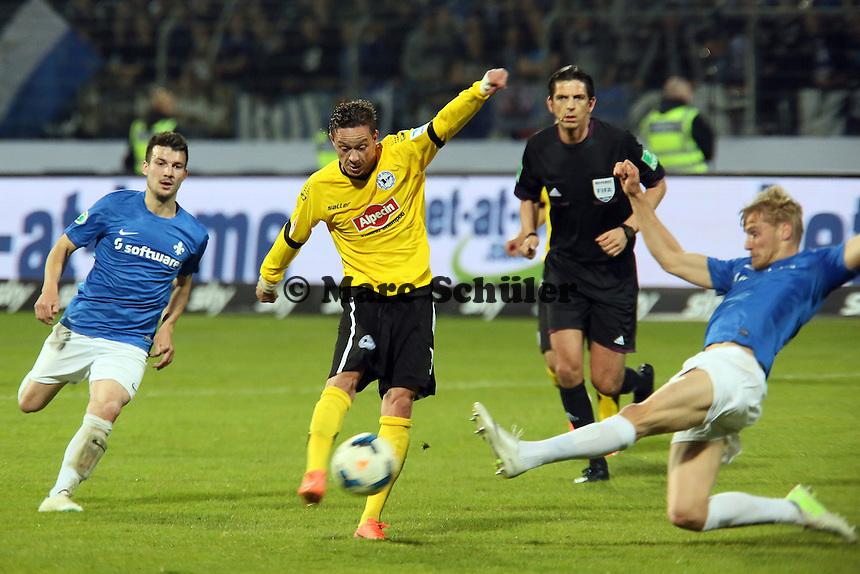 Christian Müller (Bielefeld) zieht ab - SV Darmstadt 98 vs. Armina Bielefeld, Stadion am Böllenfalltor