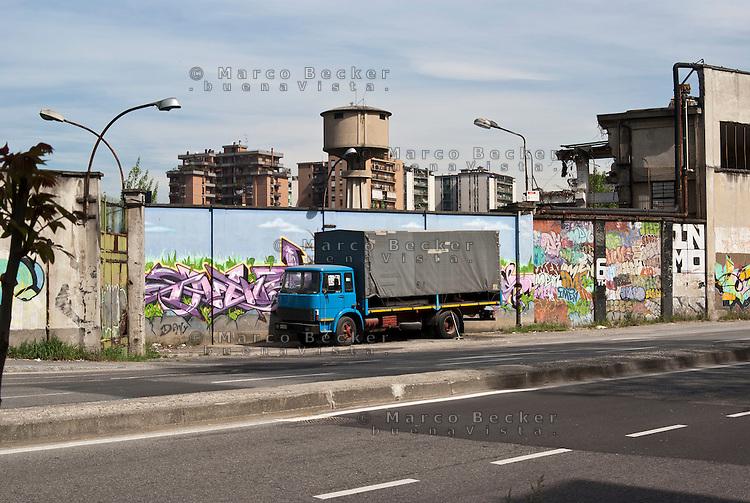 Sesto San Giovanni (Milano), un camion guasto lungo le mura dell'ex area industriale delle acciaierie Falck --- Sesto San Giovanni (Milano), a damaged truck parked along former industrial site of Falck steelworks