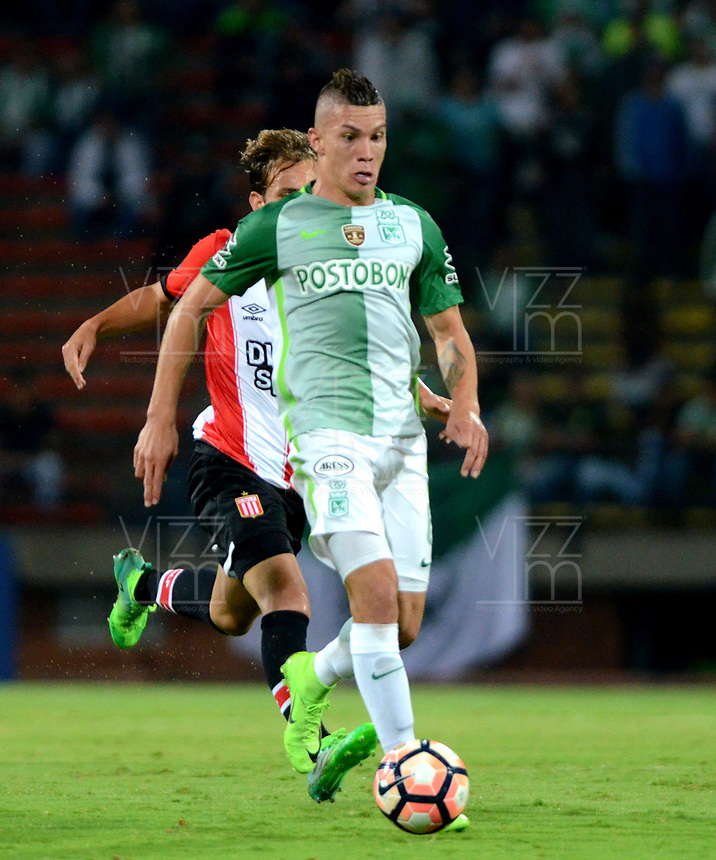 MEDELLIN  -  COLOMBIA: 02 - 05 - 2017: Mateus Uribe (Der.) jugador de Atletico Nacional, disputa el balón con Rodrigo Braña (Izq.) jugador de Estudiantes de la Plata, durante partido de la fase de grupos, grupo 1 fecha 4, entre Atletico Nacional de Colombia y Estudiantes de la Plata de Argentina, por la Copa Conmebol Libertadores Bridgestone 2017, en el Estadio Atanasio Girardot, de la ciudad de Medellin. / Mateus Uribe (R) player of Atletico Nacional, vies for the ball with Rodrigo Braña (L) of Estudiantes de la Plata, during a match for the group stage, group 1 of the date 4, between Atletico Nacional of Colombia and Estudiantes de la Plata of Argentina, for the Conmebol Libertadores Bridgestone Cup 2017, at the Atanasio Girardot, Stadium, in Medellin city. Photos: VizzorImage / Leon Monsalve / Cont.