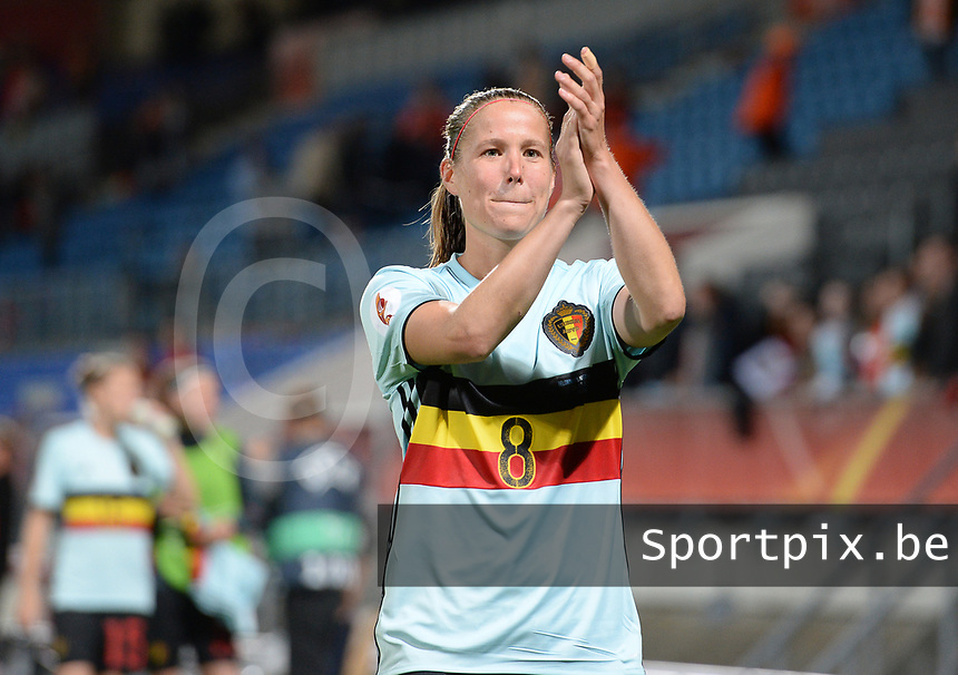20170724 - TILBURG , NETHERLANDS : Belgian Team with Lenie Onzia pictured thanking the fans after losing the female soccer game between the Belgian Red Flames and The Netherlands , the third and decisive game in group A at the Women's Euro 2017 , European Championship in The Netherlands 2017 , monday 24 th June 2017 at Stadion Koning Willem II in Tilburg , The Netherlands PHOTO SPORTPIX.BE | DAVID CATRY