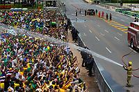 BRASILIA, DF, 01.01.2019 - BOLSONARO-POSSE- Homens do Corpo de Bombeiros jogam água no povo em frente ao Palácio do Planalto, durante a posse do presidente da República, Jair Bolsonaro, nesta terça-feira, 01.(Foto:Ed Ferreira / Brazil Photo Press)