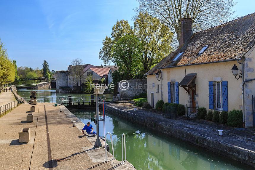 France, région du Gâtinais, Loiret (45), Montargis, l'écluse de la Reinette sur le canal de Briare // France, Gatinais region, Loiret, Montargis, Canal de Briare, Lock of the Reinette and and lock-keeper's cottage
