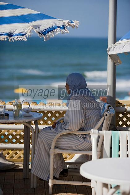 Afrique/Afrique du Nord/Maroc /Casablanca: femme voilée à la terrasse d'un bar de plage de la Corniche