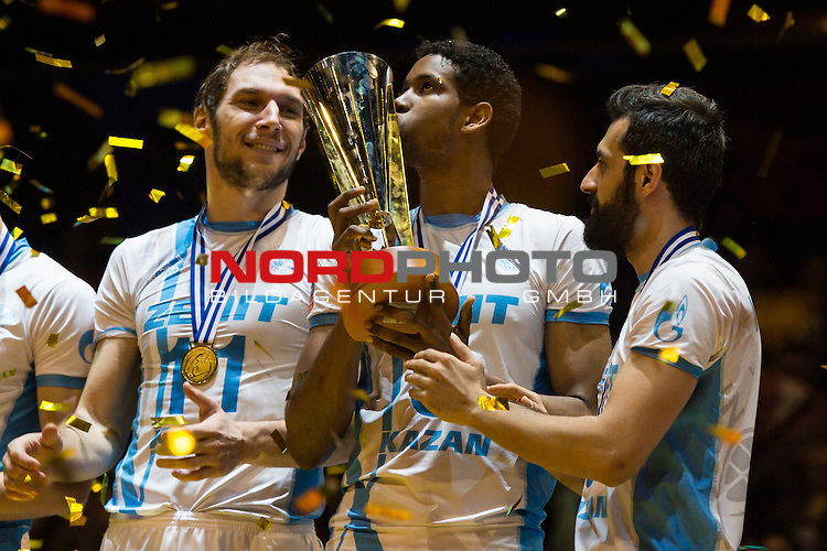 29.03.2015, Max Schmeling Halle, Berlin<br /> Volleyball, 2015 CEV Volleyball Champions League, Final Four, Siegerehrung<br /> <br /> Andrey Ashchev (#11 Kazan RUS), Wilfredo Leon (#9 Kazan RUS) mit Pokal / Trophy, Mir Saeid Marouflakrani (#8 Kazan RUS)<br /> <br />   Foto &copy; nordphoto / Kurth