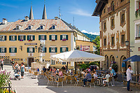 Deutschland, Bayern, Oberbayern, Berchtesgadener Land, Berchtesgaden: Marktplatz mit Brunnen und Hirschenhaus, dem ehemaligen Gasthaus zum Hirschen, im Hintergrund die Zwillingstuerme der Stiftskirche | Germany, Upper Bavaria, Berchtesgadener Land, Berchtesgaden: market square with fountain and Hirschenhaus, former Inn Zum Hirschen, at background steeples of collegiate church