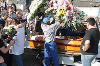 RIO DE JANEIRO, 15.04.2019: ACIDENTE-RIO - Maria Fernanda Ferreira de Lima, de 20 anos, foi sepultada na tarde desta segunda-feira (15) no cemitério de Irajá no Rio de Janeiro. A jovem morreu após receber uma descarga elétrica durante uma festa particular no Terreirão do Samba, no Centro do Rio. Chegou a ser socorrida para o Hospital municipal Souza Aguiar, teve quatro paradas cardíacas e não resistiu. (Foto: Celso Barbosa/Código19)