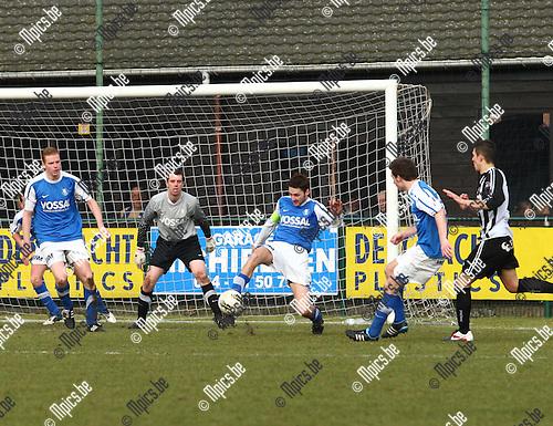 26/02/2012 ; voetbal ; Vosselaar - Neerpelt ;  Aanvoerder Koen Martens werkt de bal weg voor de eigen goal.