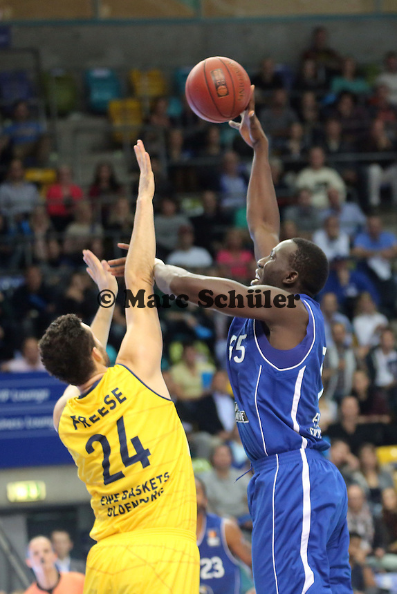 Aziz N'Diaye (Skyliners) gegen Jannik Freese (EWE) - Fraport Skyliners vs. EWE Baskets Oldenburg, Fraport Arena Frankfurt