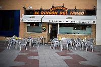 I tavolini vuoti di una birreria a Madrid
