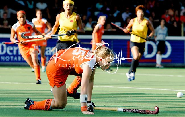AMSTELVEEN - Vera Vorstenbosch doet er alles aan om de bal onder controle te krijgen, donderdag tijdens de wedstrijd Nederland-China om de Rabo Champions Trophy 2006 in Amstelveen. ANP PHOTO KOEN SUYK