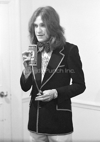 Ray Davies of The Kinks at Newcastle City Hall, October 1973. Credit: Ian Dickson/MediaPunch