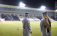 FUSSBALL INTERNATIONAL Supercoppa Italia Finale 2014 in Doha  Juventus Turin - SSC Neapel         22.12.2014 Zwei katarische Ordner am Eingang zum Innenraum des Al Sadd Stadion