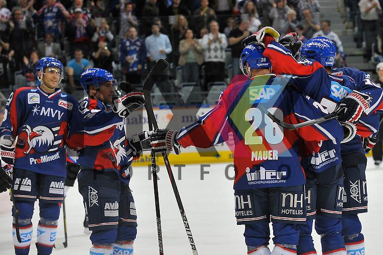 Mannheim 28.09.12, DEL, Adler Mannheim - Nuernberg Ice Tigers, Torjubel zum 1:1 von v.l. Mannheims Marcel Goc (Nr.9), Mannheims Yannic Seidenberg (Nr.36), Mannheims Frank Mauer (Nr.28), der Torschuetze Mannheims Doug Janik (Nr.33) und Mannheims Mike Glumac (Nr.16) <br /> <br /> Foto &copy; Ice-Hockey-Picture-24 *** Foto ist honorarpflichtig! *** Auf Anfrage in hoeherer Qualitaet/Aufloesung. Belegexemplar erbeten. Veroeffentlichung ausschliesslich fuer journalistisch-publizistische Zwecke. For editorial use only.