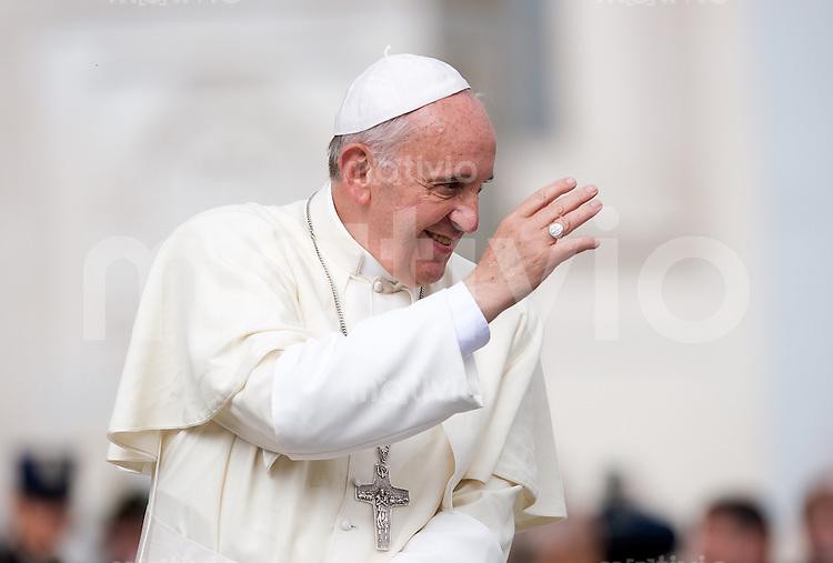 Rom, Vatikan 09.10.2013 Papst Franziskus I. bei der woechentlichen Generalaudienz auf dem Petersplatz