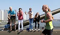 Nederland  Rotterdam  2017 04 09.  De Marathon van Rotterdam. Deelnemer wordt aangemoedigd door vrienden en familie op de Erasmusbrug.  Berlinda van Dam / Hollandse Hoogte