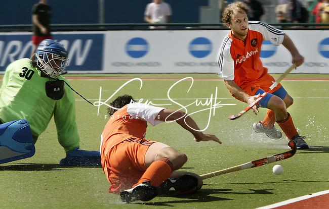 NLD-20050828-Leipzig-EK HOCKEY Nederland-Frankrijk (5-4). Karel Klaver (m) brengt de stand op 4-1 . Rechts Teun de Nooijer, links de gepasseerde Franse doelman Julien Thamin.