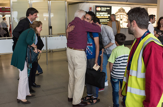 Fluechtlinspaten Syrien e.V. in Berlin.<br /> Empfang der Mutter und Brueder von Majd am Flughafen Tegel.<br /> In der Bildmitte: Fluechtlingspate Peter Kuttner umarmt einen der Brueder von Majd (hinten mit beigem Hemd).<br /> Links im Bild: Rechtsanwalt Ulrich Karpenstein vom Verein Fluechtlingspaten-Syrien e.V. und seine Ehefrau.<br /> 17.6.2015, Berlin<br /> Copyright: Christian-Ditsch.de<br /> [Inhaltsveraendernde Manipulation des Fotos nur nach ausdruecklicher Genehmigung des Fotografen. Vereinbarungen ueber Abtretung von Persoenlichkeitsrechten/Model Release der abgebildeten Person/Personen liegen nicht vor. NO MODEL RELEASE! Nur fuer Redaktionelle Zwecke. Don't publish without copyright Christian-Ditsch.de, Veroeffentlichung nur mit Fotografennennung, sowie gegen Honorar, MwSt. und Beleg. Konto: I N G - D i B a, IBAN DE58500105175400192269, BIC INGDDEFFXXX, Kontakt: post@christian-ditsch.de<br /> Bei der Bearbeitung der Dateiinformationen darf die Urheberkennzeichnung in den EXIF- und  IPTC-Daten nicht entfernt werden, diese sind in digitalen Medien nach &sect;95c UrhG rechtlich geschuetzt. Der Urhebervermerk wird gemaess &sect;13 UrhG verlangt.]