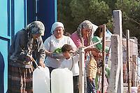 Nach dem Erdbeben im August in der Tuerkei leben tausende Menschen in Zeltlagern und Behilfszelten.<br /> Da staatliche Hilfe nur zoegernd oder gar nicht kommt, haben sich die Bewohner der schwer getroffenen Ortschaft Altmis Evler selber daran gemacht halbwegs winterfeste Unterkuenfte zu bauen.<br /> Hier: Frauen holen Wasser und waschen Essen.<br /> 14.10.1999, Altmis Evler/Tuerkei<br /> Copyright: Christian-Ditsch.de<br /> [Inhaltsveraendernde Manipulation des Fotos nur nach ausdruecklicher Genehmigung des Fotografen. Vereinbarungen ueber Abtretung von Persoenlichkeitsrechten/Model Release der abgebildeten Person/Personen liegen nicht vor. NO MODEL RELEASE! Nur fuer Redaktionelle Zwecke. Don't publish without copyright Christian-Ditsch.de, Veroeffentlichung nur mit Fotografennennung, sowie gegen Honorar, MwSt. und Beleg. Konto: I N G - D i B a, IBAN DE58500105175400192269, BIC INGDDEFFXXX, Kontakt: post@christian-ditsch.de<br /> Bei der Bearbeitung der Dateiinformationen darf die Urheberkennzeichnung in den EXIF- und  IPTC-Daten nicht entfernt werden, diese sind in digitalen Medien nach §95c UrhG rechtlich geschützt. Der Urhebervermerk wird gemaess §13 UrhG verlangt.]