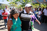 RIO DE JANEIRO,RJ,21 DE AGOSTO DE 2012- Na foto : M&atilde;e Teresa Odete Bente de Noura 39 anos - de verde - ENTERRO MENINA MORTA EM COSTA BARROS - O corpo da crian&ccedil;a Yasmim de Moura Camilo,6 anos, baleada no fim da  noite do &uacute;ltimo domingo (19) em Costa Barros , Zona Norte do RJ &eacute; sepultado no fim da  manh&atilde; desta ter&ccedil;a-feira (21) no Cemit&eacute;rio de  Iraj&aacute;, Zona Norte do RJ.<br /> Guto Maia Brazil Photo Press