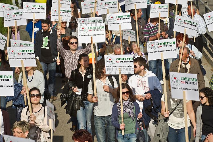 PESCARA (PE) 13/04/2013: Manifestazione contro l'arrivo dei petrolieri nel Parco dei Trabocchi. Oltre 40mila persone hanno manifestato contro il progetto Ombrina per difendere la pesca, il turismo, l'artigianato e l'agricoltura dall'inquinamento del petrolio. Al corteo hanno aderito 260 associazioni e ben 47 Comuni abruzzesi e molisani. Foto Adamo Di Loreto
