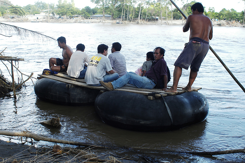 Balseros charge Guatemalans 25 Quetzales to cross the border ilegally into Mexico.