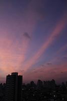 FOTO EMBARGADA PARA VEICULOS INTERNACIONAIS. SAO PAULO, SP, 11/12/2012, CLIMA TEMPO. Amanhecer em São Paulo.  Luiz Guarnieri/ Brazil Photo Press