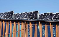 Nederland  Groningen - 2019 . Zernike Campus. Zonnepanelen op de Energy Academy Europe. De Energy Academy is het duurzaamste onderwijsgebouw van Nederland. Het is een nieuw topinstituut waarin bedrijfsleven, onderwijs en wetenschap gezamenlijk werken aan onderzoek en innovatie op energiegebied. Om de extreem duurzame energie-uitgangspunten te kunnen realiseren heeft het een bijzondere bouwvorm met groot zonnepanelendak gekregen. Het heeft een voorbeeldfunctie voor toekomende nieuwbouwprojecten over de hele wereld. Om deze ambitie te bereiken is een team van experts samengesteld bestaande uit Broekbakema, pvanb architecten, ICS Adviseurs, Arup, Ingenieursbureau Wassenaar en DGMR.   Foto Berlinda van Dam / Hollandse Hoogte