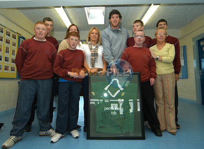 Irish International rugby star Shane Horgan with some of the staff and pupils of St. Itas school with the signed  Ireland rugby shirt which will be the prize in thier forthcoming raffle..Photo: Colin Bell / Newsfile